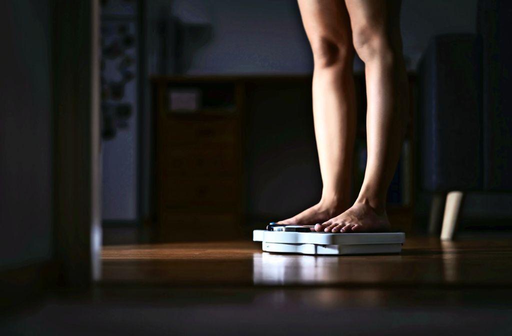 Körper und Körpergewicht stehen bei Magersucht im Fokus: Als Miras Mutter die Waage aus dem Badezimmer entfernte, schaffte sie sich heimlich eine eigene an. Foto: Adobe Stock/terovesalainen