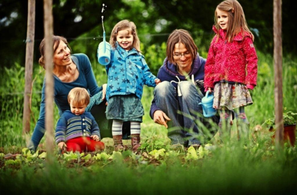 Ihre Kinder Leander, Moira und Anna brauchen keine Schule, finden Martine Couvreur und Alexander Harm. Sie würden auch so genügend lernen.  Foto: Gottfried Stoppel