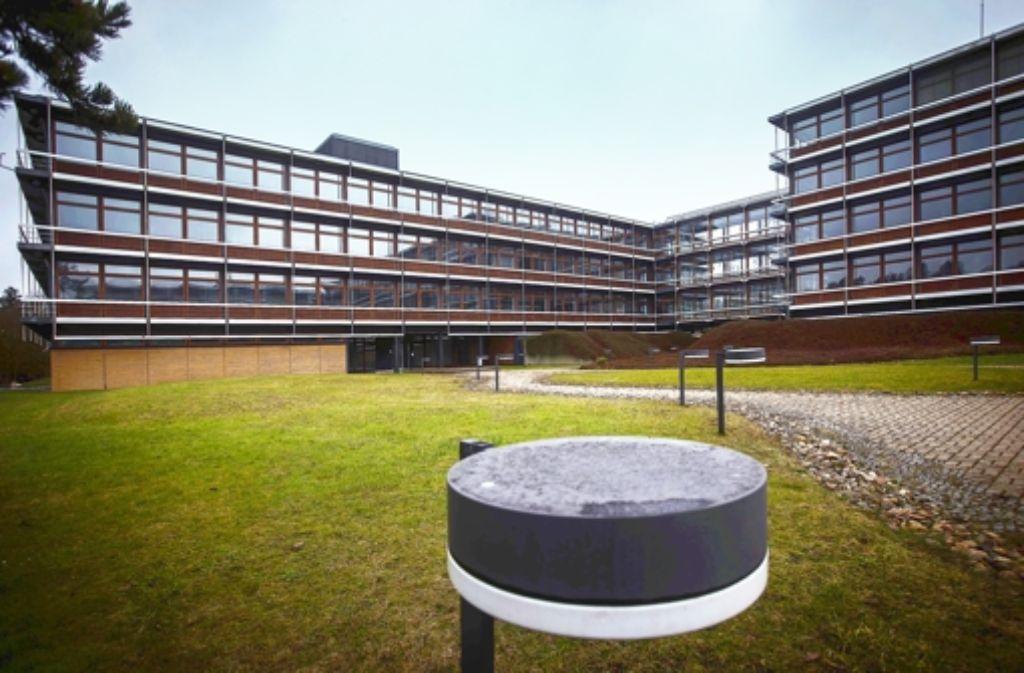 Die Denkmalschützer loben die Einbettung der Gebäude in die Landschaft. Eindrücke vom Eiermann-Campus sehen Sie in der Fotostrecke. Foto: Achim Zweygarth
