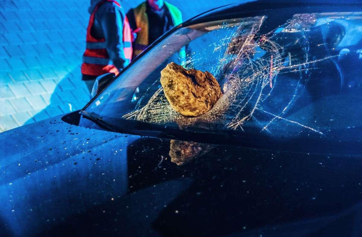 Der Feldstein steckt tief im Verbundglas des  BMW. Glücklicherweise schlug er mittig neben dem Fahrer ein. Foto: SDMG/Dettenmeyer