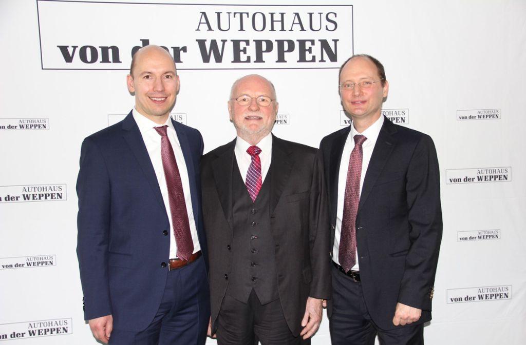 Seniorchef Klaus von der Weppen (M.)  gibt den Staffelstab weiter    an die  Söhne Carlo Hartung (l.)   und  Jan von der Weppen. Foto: Georg Friedel