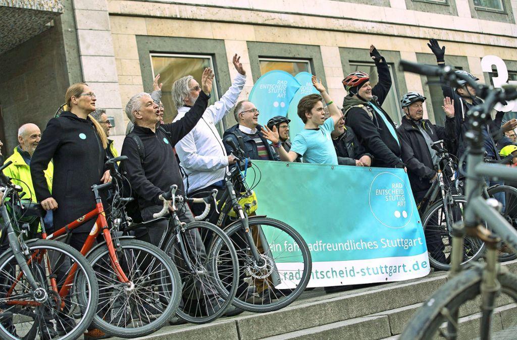 Vor Beginn der Sitzung demonstrieren die Radfahrer noch einmal vor dem Rathaus für ihr Anliegen. Foto: Lichtgut/Leif Piechowski