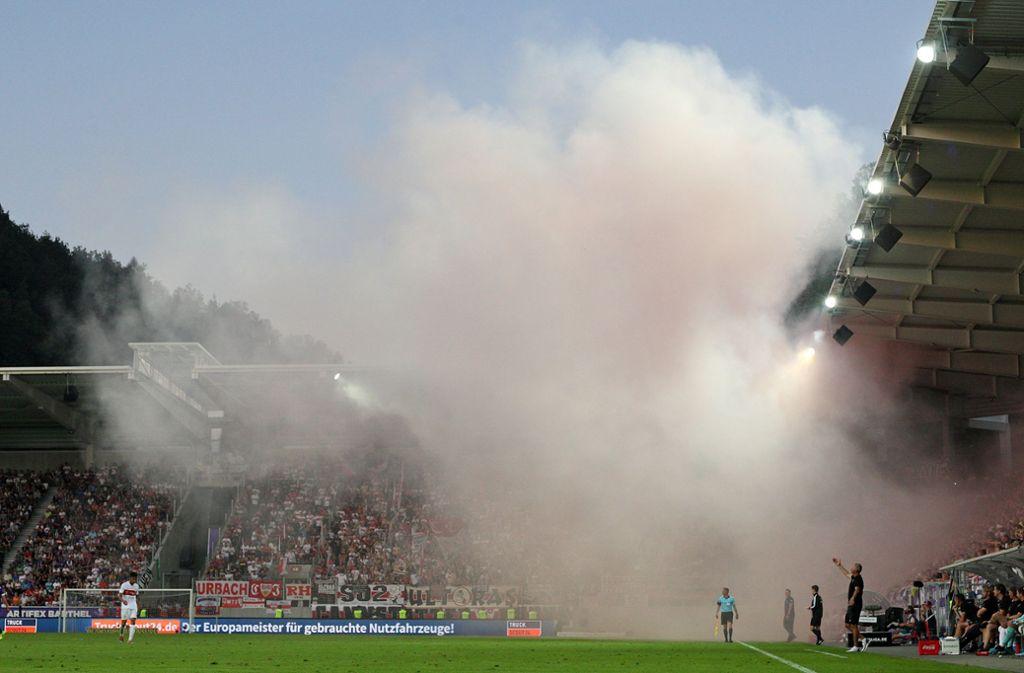 Beim Spiel in Aue hatten VfB-Fans Pyros gezündet. (Archivbild) Foto: Pressefoto Baumann/Cathrin Müller