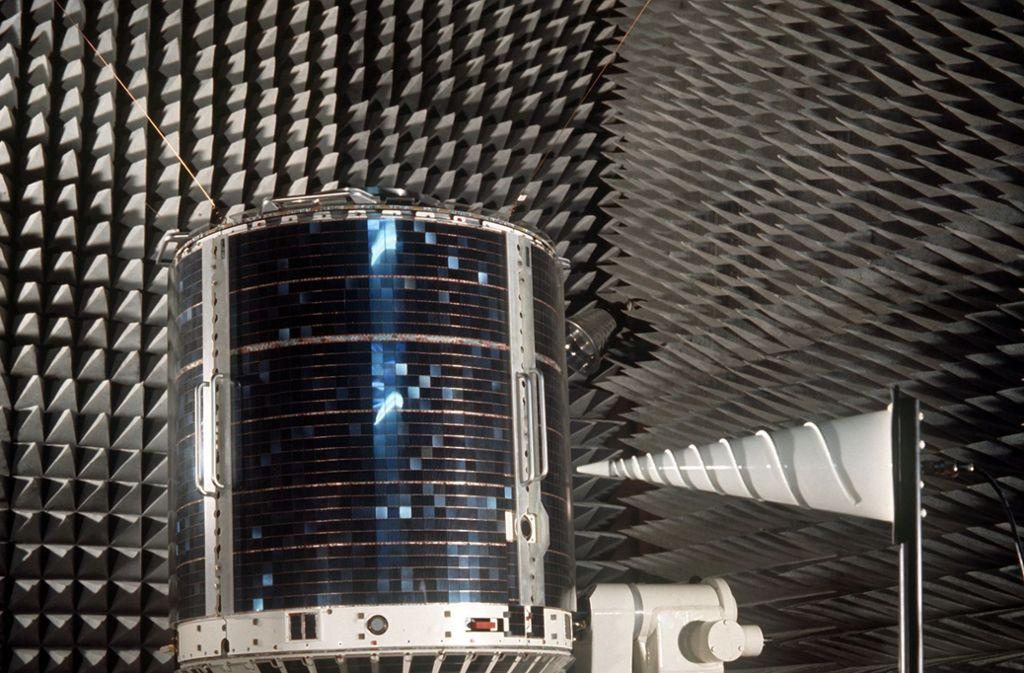 Azur –  der erste deutsche Forschungssatellit im Schall-Labor des Forschungsinstitutes in Ottobrunn bei München. Foto: Diener/dpa