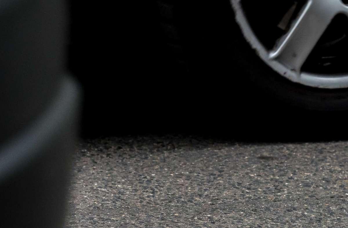 Nachdem der Autofahrer einem Passanten in Hockenheim über die Füße gefahren war, sei er geflüchtet (Symbolfoto). Foto: Lichtgut/Max Kovalenko