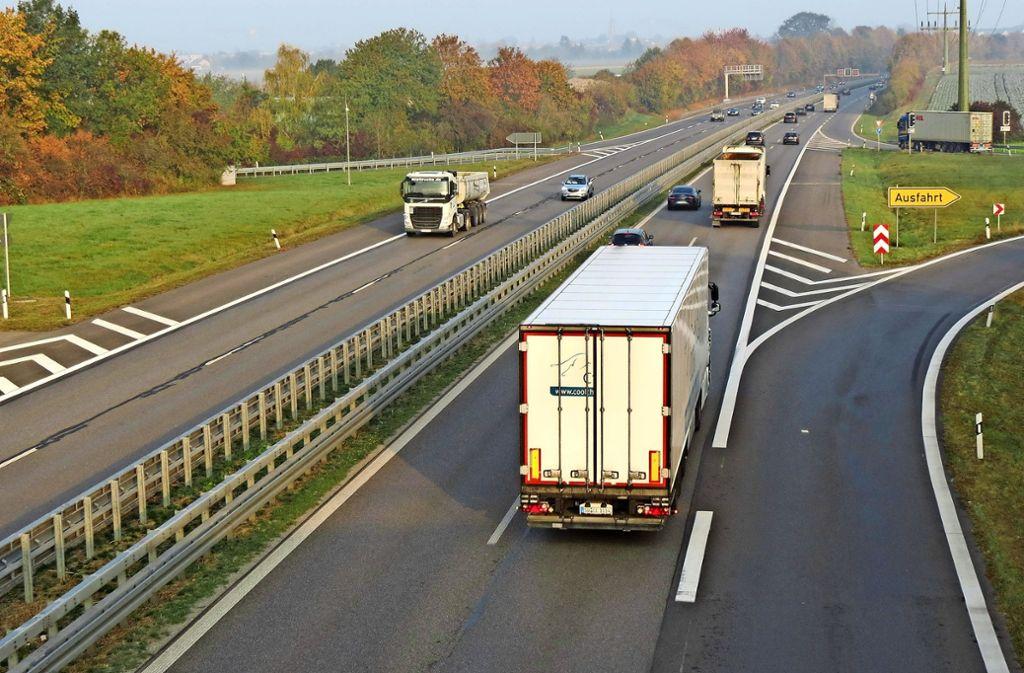 Über der B27 zwischen den Ausfahrten Stetten und Flughafen wäre Platz für eine Grünbrücke. Foto: Otto-H. Häusser