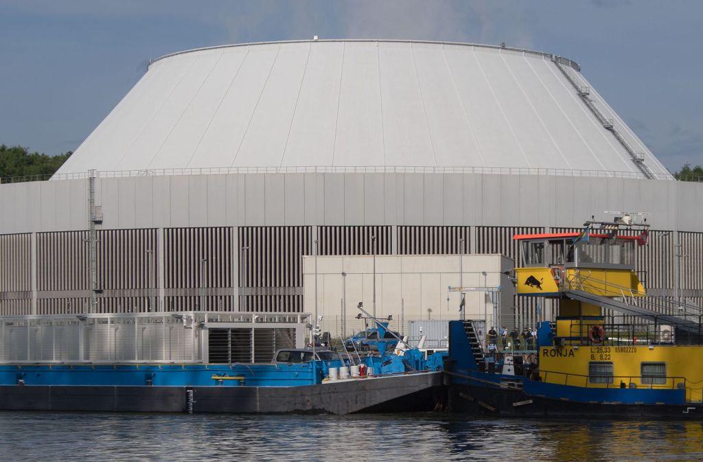 Nach einer 13-stündigen Fahrt legt der Atommülltransport am Gemeinschaftskernkraftwerk in Neckarwestheim an. Foto: dpa
