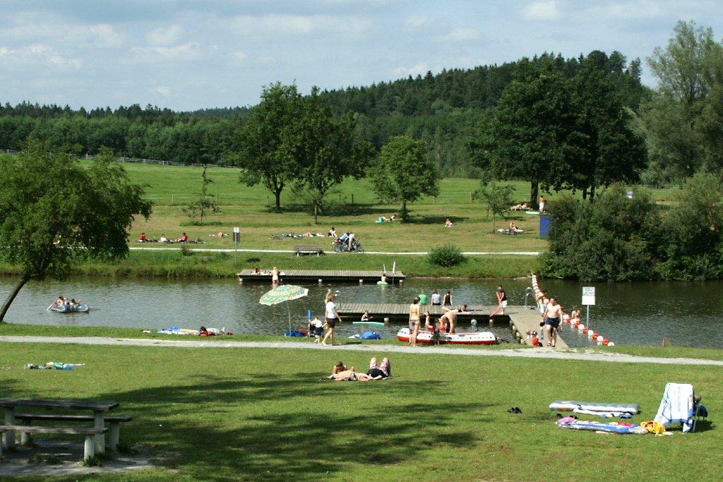 Am Aichstrutsee bei Welzheim gibt es zwei Grillstellen, einen Zeltplatz mit Kiosk und Toiletten sowie rund 200 Parkplätze (2 Euro pro Tag). Außerdem sind ein Beach-Volleyball-Feld und ein Spielplatz vorhanden. Der Badesee ... Foto: Gemeinde Welzheim