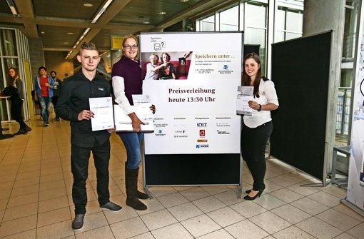 """Drei der sechs  Gewinner des Wettbewerbs """"Speichern unter...?"""" nahmen ihren Preis persönlich entgegen: Eric Lemke, Kathrin Aha und Conny Mechela (von links). Foto: Ines Rudel"""