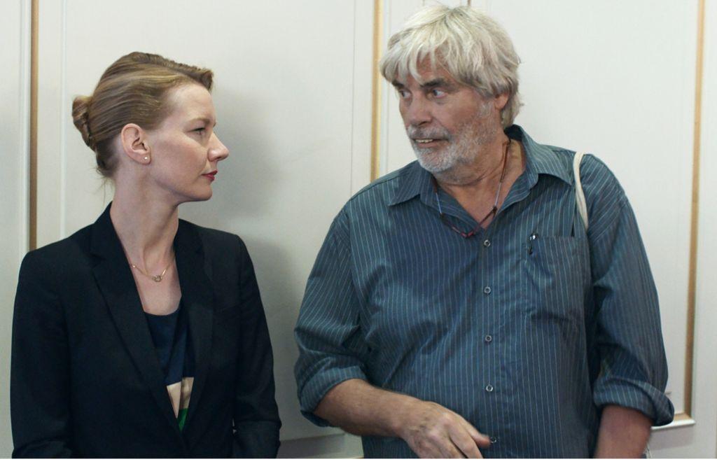 Die Unternehmensberaterin Ines (Sandra Hüller) wird von ihrem Vater (Peter Simonischek) besucht. Es wird eine Heimsuchung. Foto: NFP