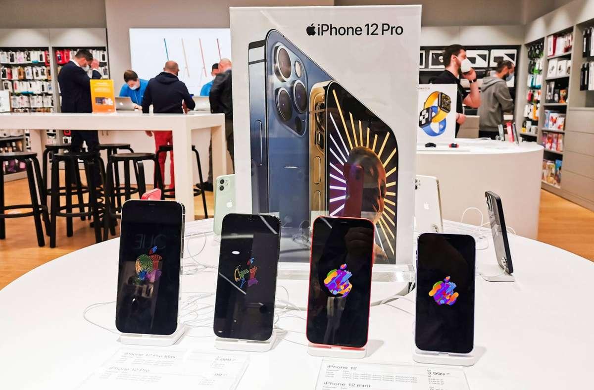 Zum Glück geht es auch kleiner: Das iPhone 12 ist ebenfalls in erschwinglicheren Varianten zu haben. Foto: imago images/NurPhoto/Beata Zawrzel