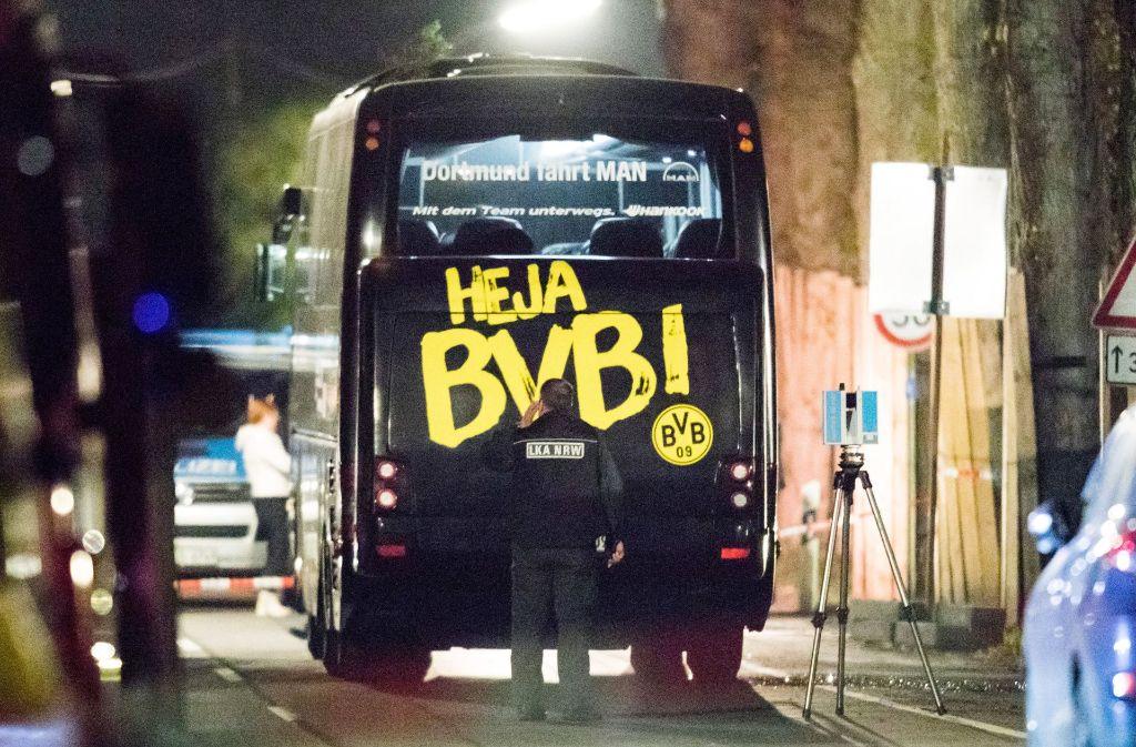 Der Mannschaftsbus des BVB kurz nach dem Anschlag. Foto: dpa