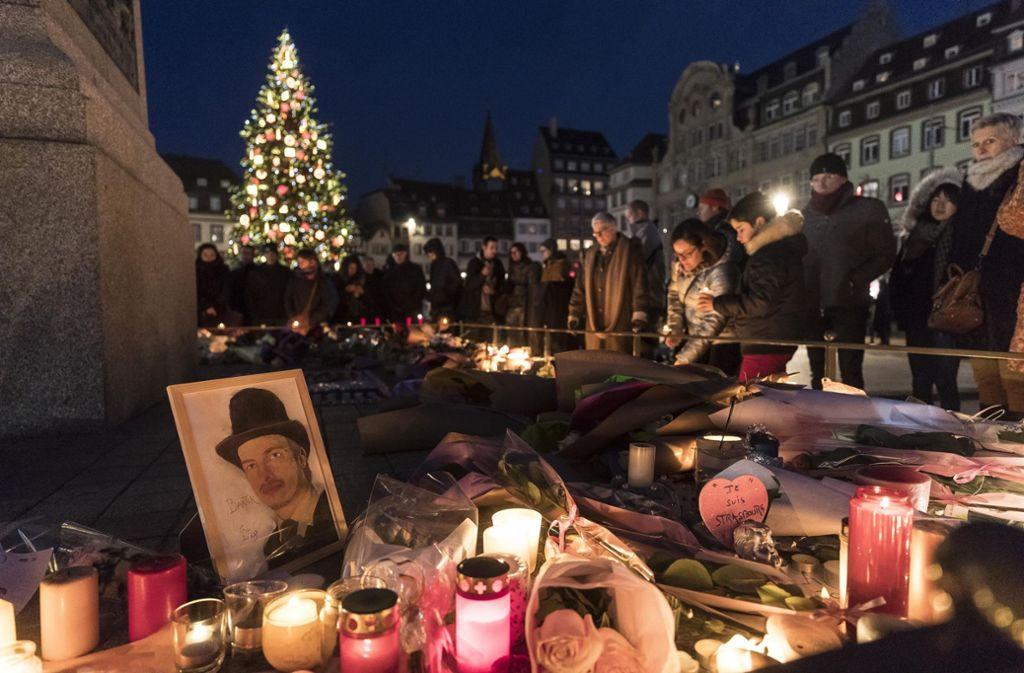 Zahlreiche Menschen trauern um die Opfer des Anschlags in Straßburg. Foto: AP