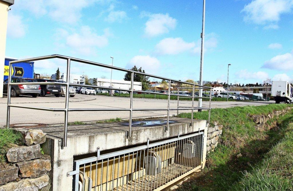 Der Überlauf am Seegraben: Ist die Kanalisation wie hier an der Kreuzung Ölgrabenstraße/Steinäckerstraße überlastet,  füllt das Wasser den Kanal. Foto: Ernst