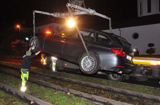 Kran muss Auto aus Gleisbett befreien