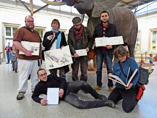 Gruppenbild mit Elefant: Die Urban Sketchers treffen sich auch im  Naturkundemuseum im Rosensteinpark. Foto: Nina Ayerle