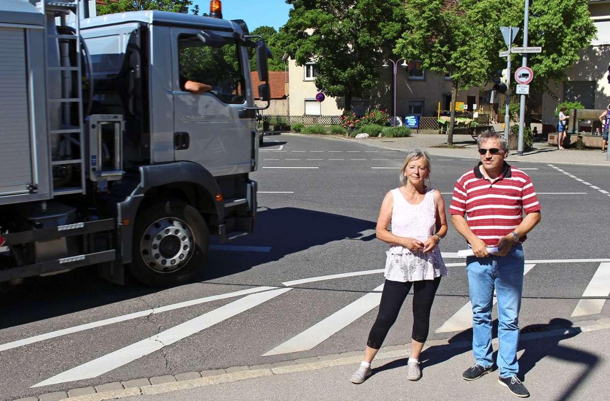 Angelika Müller und Andreas Gehrung, die Sprecher der Bürgerinitiative Verkehrsentlastung Sielmingen an der Laichkreuzung Foto: Caroline Holowiecki