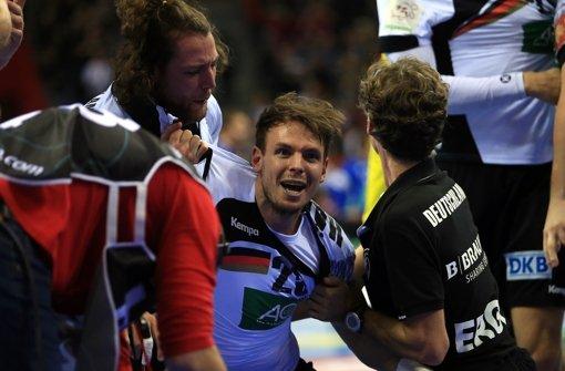 Kai Häfner (Mitte) kann den deutschen Sieg bei der Handball-EM noch gar nicht fassen. Foto: dpa