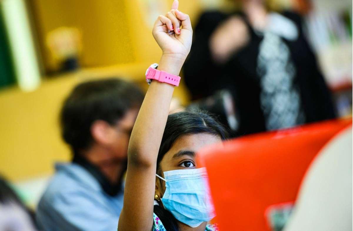 Kinderärzte versichern, dass die  Sauerstoffsättigung und die CO2-Konzentration im Blut von gesunden Kindern auch beim Maskentragen im Normalbereich bleiben. Foto: dpa/Andreas Arnold