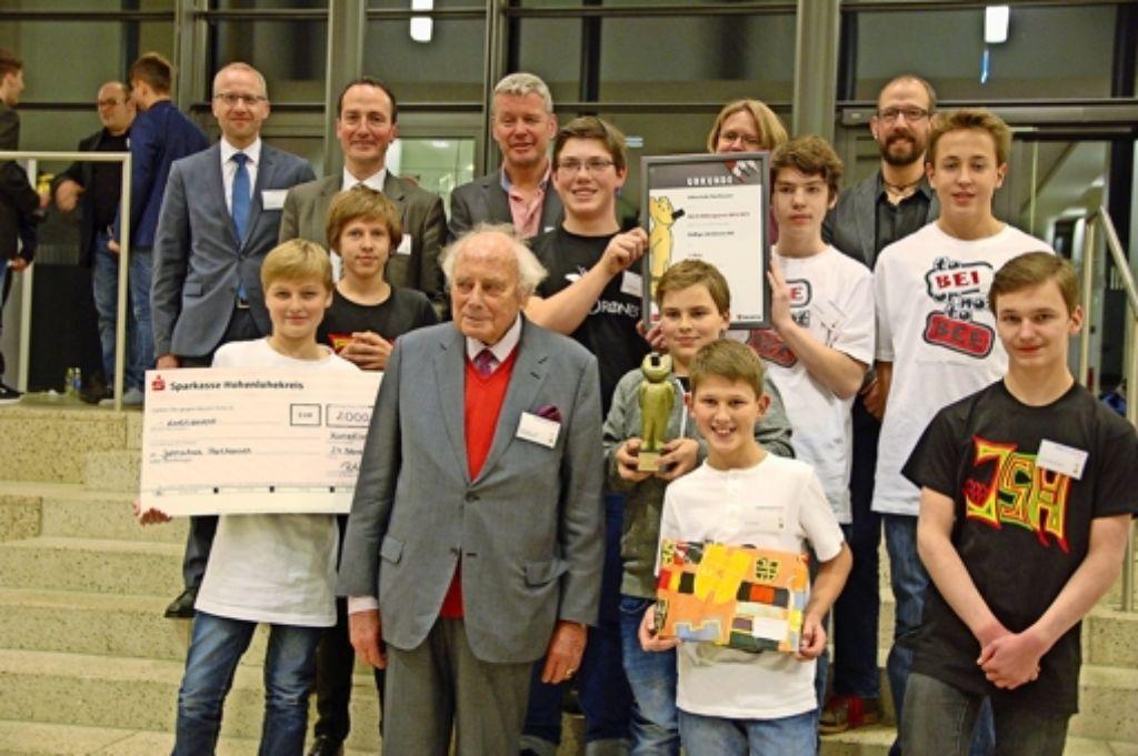 Bei der Preisverleihung im Bad Cannstatter Kursaal ließ sich   Reinhold Würth von den erfolgreichen   Jungunternehmern der Jahnschule in die Mitte nehmen. Foto: Sascha Schmierer