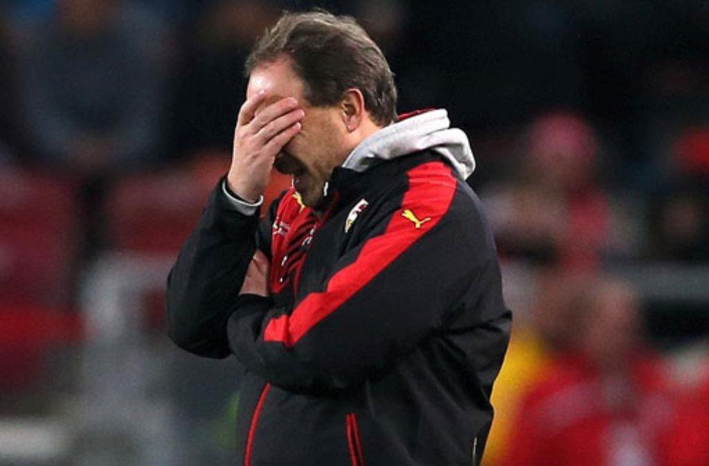 """""""Ich bin maßlos enttäuscht, gesteht  VfB-Trainer Alexander Zorniger Wir hatten uns viel vorgenommen und waren auch sehr positiv vor dem Spiel. Im Nachhinein muss man sagen, dass wir uns von den frühen Gegentoren nicht mehr erholt haben, und auch nicht mehr zulegen konnten. Wir haben zu keiner Zeit nur ansatzweise die entscheidenden Zweikämpfe gewonnen. Wir werden ein paar Tage brauchen, um dieses Spiel aufzuarbeiten. Es war ein sehr schlechter Tag für uns."""" Foto: Getty Images"""