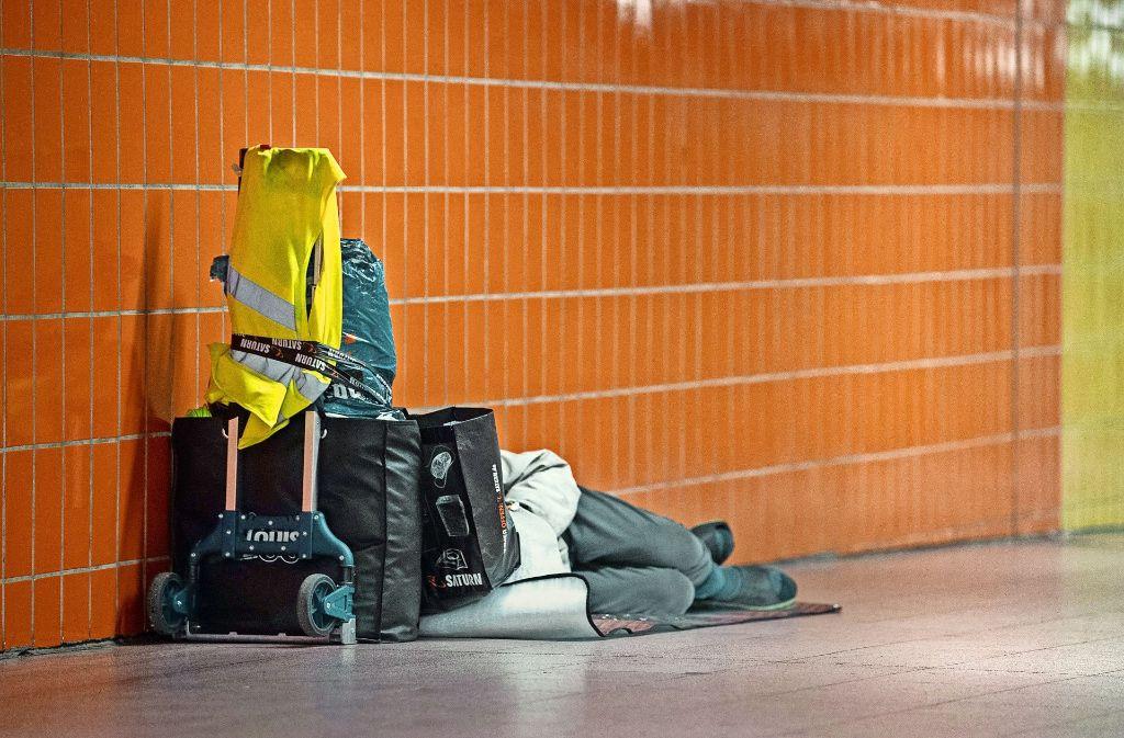 Manchen Obdachlosen bleibt nur eine Unterführung als Schlafplatz. Foto: dpa