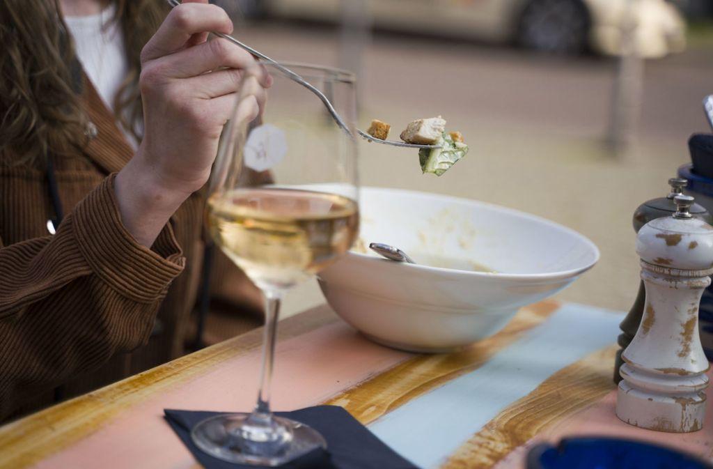 Auswärts essen ist jetzt erst einmal vorbei. Im ganzen Land bleiben Restaurants und Gaststätten geschlossen. Foto: dpa/Frank Rumpenhorst