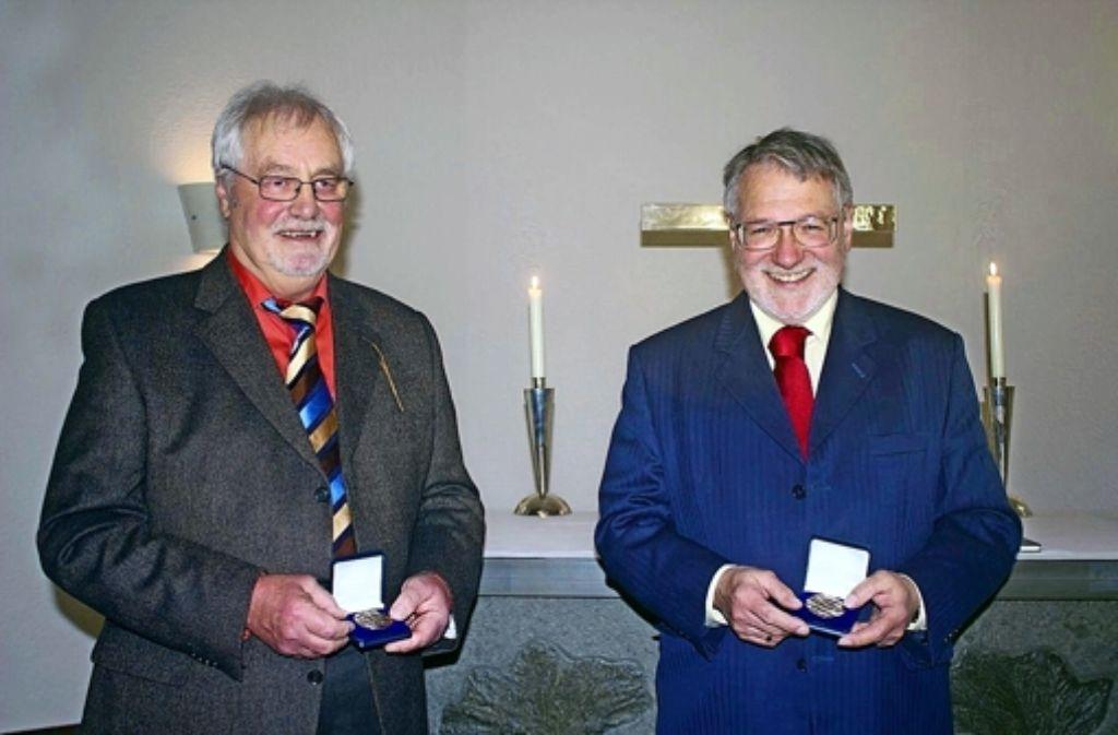 Hartmut Neipp (l.) und Werner Rabe haben die bronzene Brenz-Medaille erhalten. Foto: z