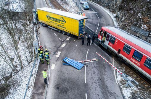 Lastwagen stößt mit Zug zusammen