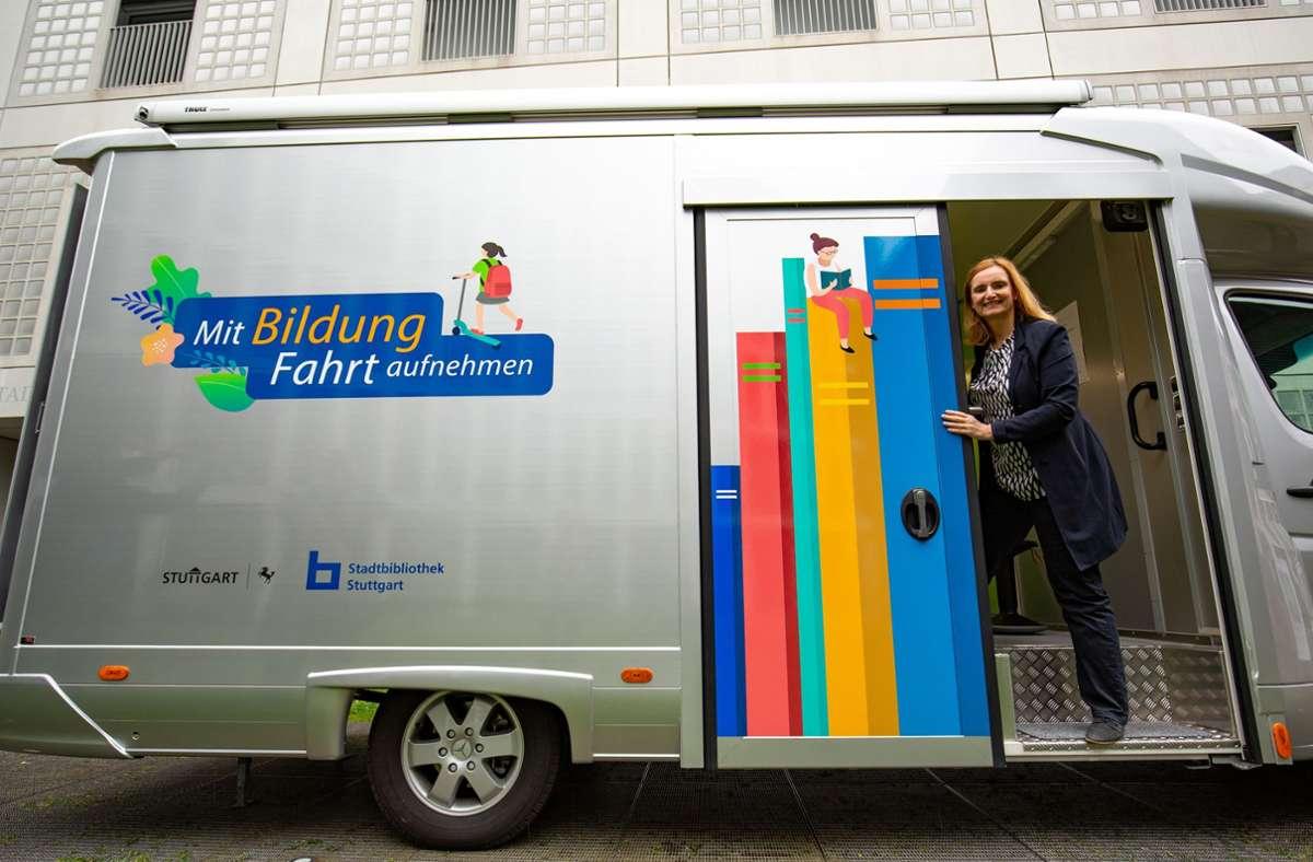 Schulbürgermeisterin Isabel Fezer und das neue Lernmobil. Foto: Lichtgut/Leif Piechowski