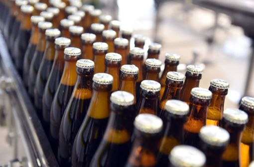 Schülerpraktikant entsorgt abgelaufenes Bier in Bach