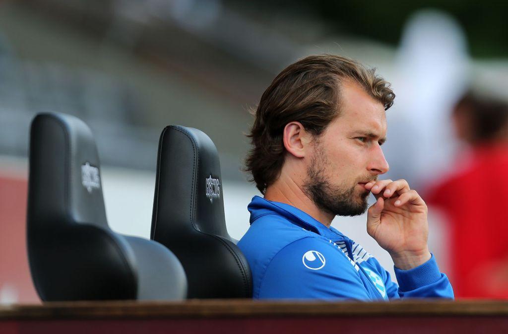Kickers-Coach Kaczmarek nachdenklich: Noch fehlen seiner neu formierten Mannschaften zwei Spieler auf Schlüsselpositionen Foto: Baumann