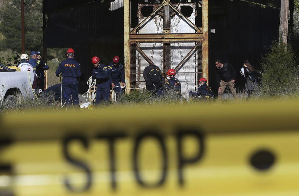 Die Polizei sucht in einer gefluteten Mine nach weiteren Leichen: Wie viele Frauen und Mädchen hat der Täter auf dem Gewissen? Foto: AP