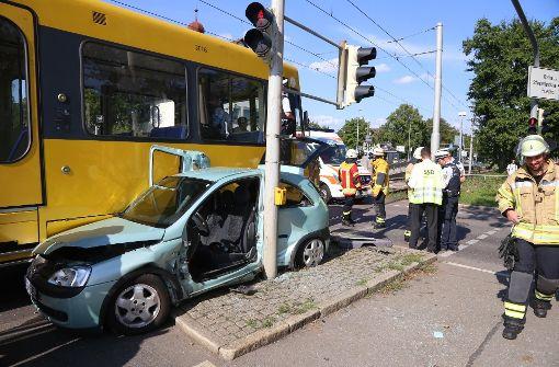 Autofahrerin nach Stadtbahnunfall eingeklemmt