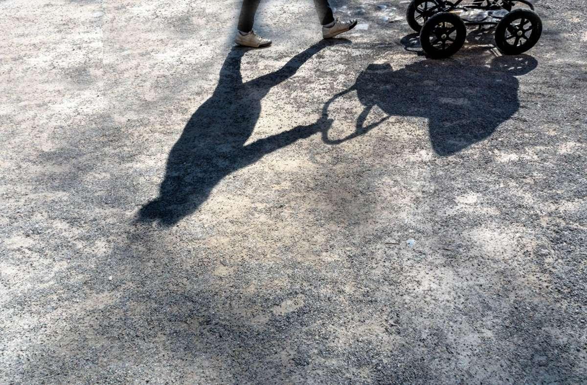 Die Frau, die mit einem Kinderwagen unterwegs war, soll attackiert worden sein. (Symbolbild) Foto: imago/McPHOTO/imago stock&people