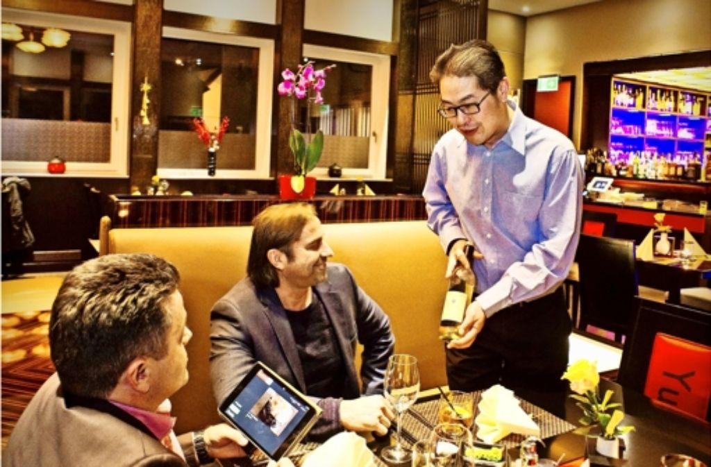 Trotz iPad-Einsatz berät Guoyu Luan seine Gäste auch gern persönlich. Foto: Lichtgut/Kovalenko