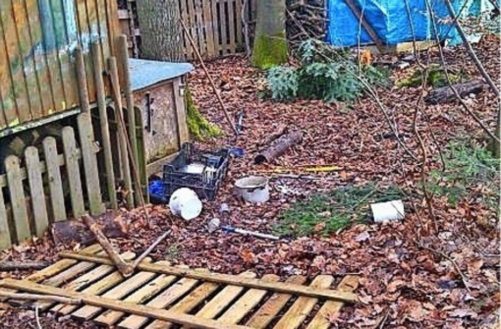 Der Zaun am Bauwagen ist abgerissen, die selbst gebaute Wetterstation zerstört. Foto: privat