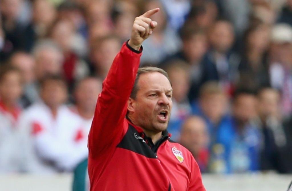Der VfB-Trainer Alexander Zorniger weist seiner Mannschaft den Weg. Foto: StZ