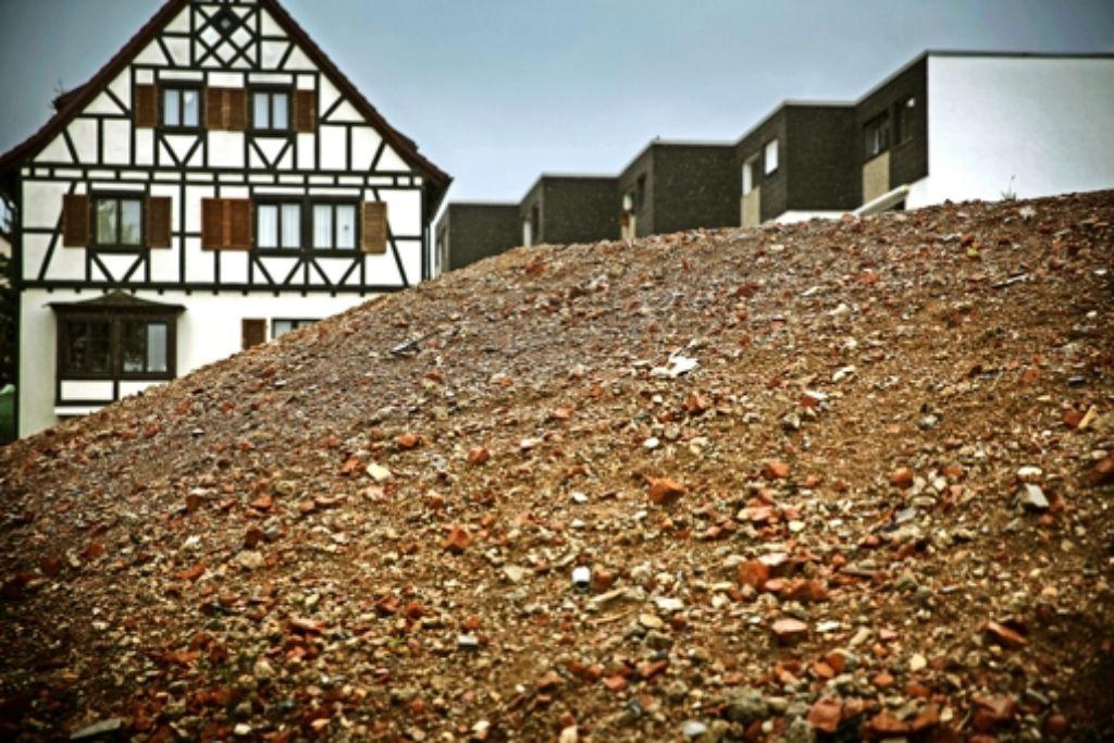 Wo sich jetzt  ein Berg von Schutt türmt, soll bald ein neues Quartier entstehen. Foto: Stoppel