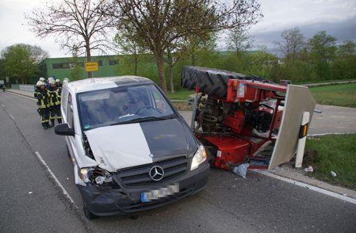Junger Autofahrer kollidiert mit Traktor – 70-Jähriger schwer verletzt