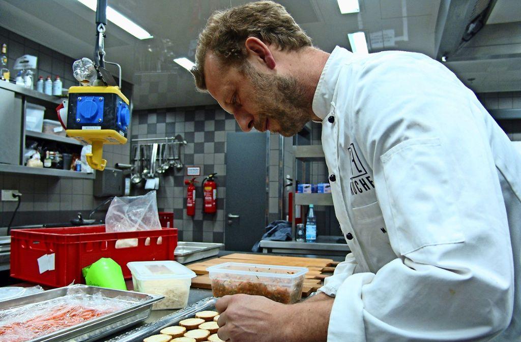 Martin Ivenz beim Zubereiten Foto: Armin Friedl