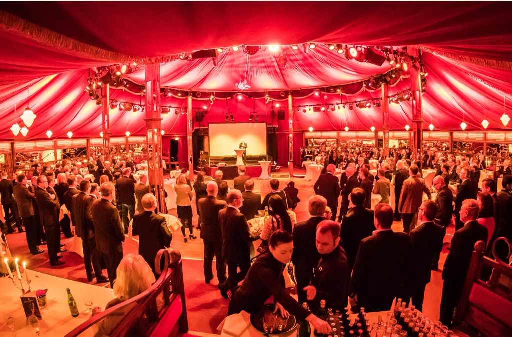 Andrang unterm Zeltdach: Rund 200 Gäste sind zum Empfang der Südwestdeutschen Medienholding gekommen Foto: Lichtgut/Achim Zweygarth