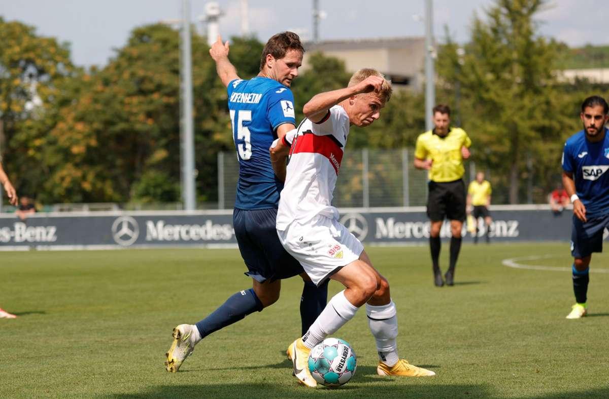 Duell um den Ball: TSG-Stürmer Nick Proschwitz bedrängt Julian Kudala. Foto: Pressefoto Baumann/Volker Müller