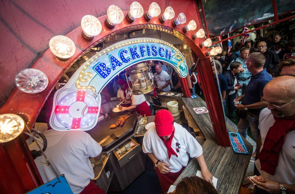 Der Klassiker auf dem Hamburger Fischmarkt: Backfisch. Foto: Lichtgut/Christoph Schmidt