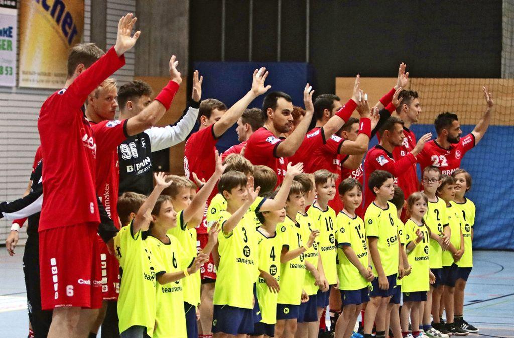 Gruß zum Publikum: Die Einlaufkinder des SV Leonberg/Eltingen haben es fast genauso  drauf wie die Melsunger Profis. Foto: Andreas Gorr