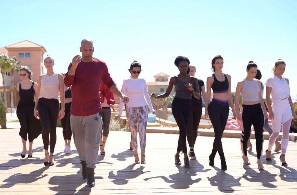 Jimmie Surles (vorne) trainiert den richtigen Gang auf High Heels mit Kandidatinnen für die Wahl zur Miss Germany. Für sechs Tage besuchte der Coach das  Trainingslager der Missen in Ägypten. Foto: Yared /Assefa