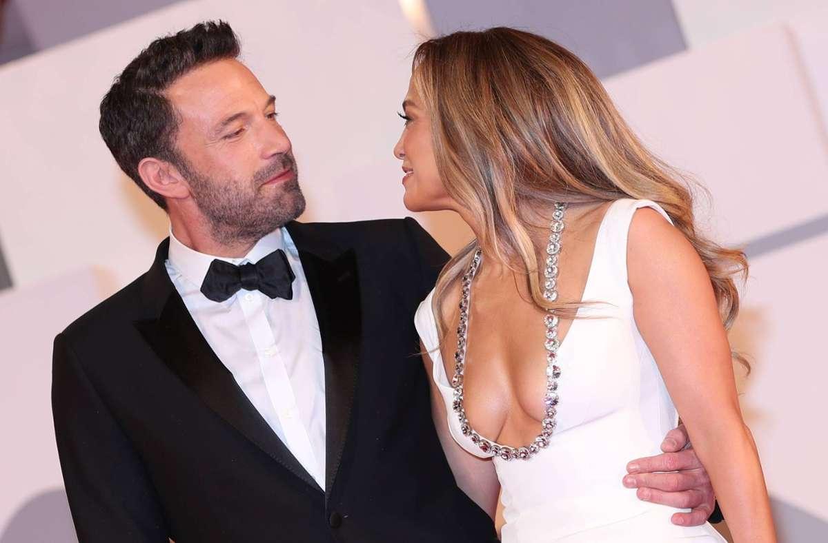 Musikerin Jennifer Lopez und Oscarpreisträger Ben Affleck sind am Freitagabend gemeinsam und sichtbar verliebt über den roten Teppich beimFilmfest Venedig gelaufen. Foto: imago images/SNA/Ekaterina Chesnokova