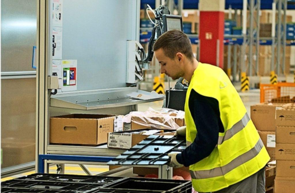 Im neuen Logistikzentrum werden die von Zulieferern kommenden Teile passend für die einzelnen Auslandswerke umgepackt. Foto: Daimler