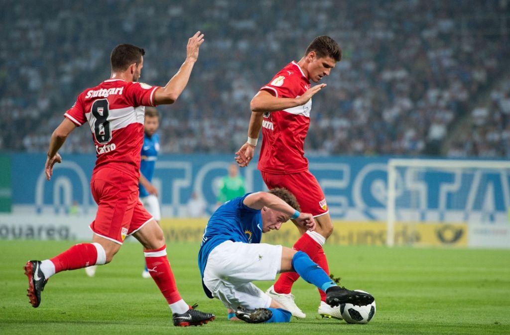 Mario Gomez (rechts) und Gonzalo Castro vom VfB Stuttgart wollen es in dieser Saison im DFB-Pokal beim FC Hansa Rostock besser machen. Foto: Pressefoto Baumann