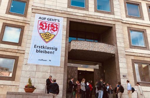 Liveblog zur Relegation –  Riesiges VfB-Banner am Rathaus
